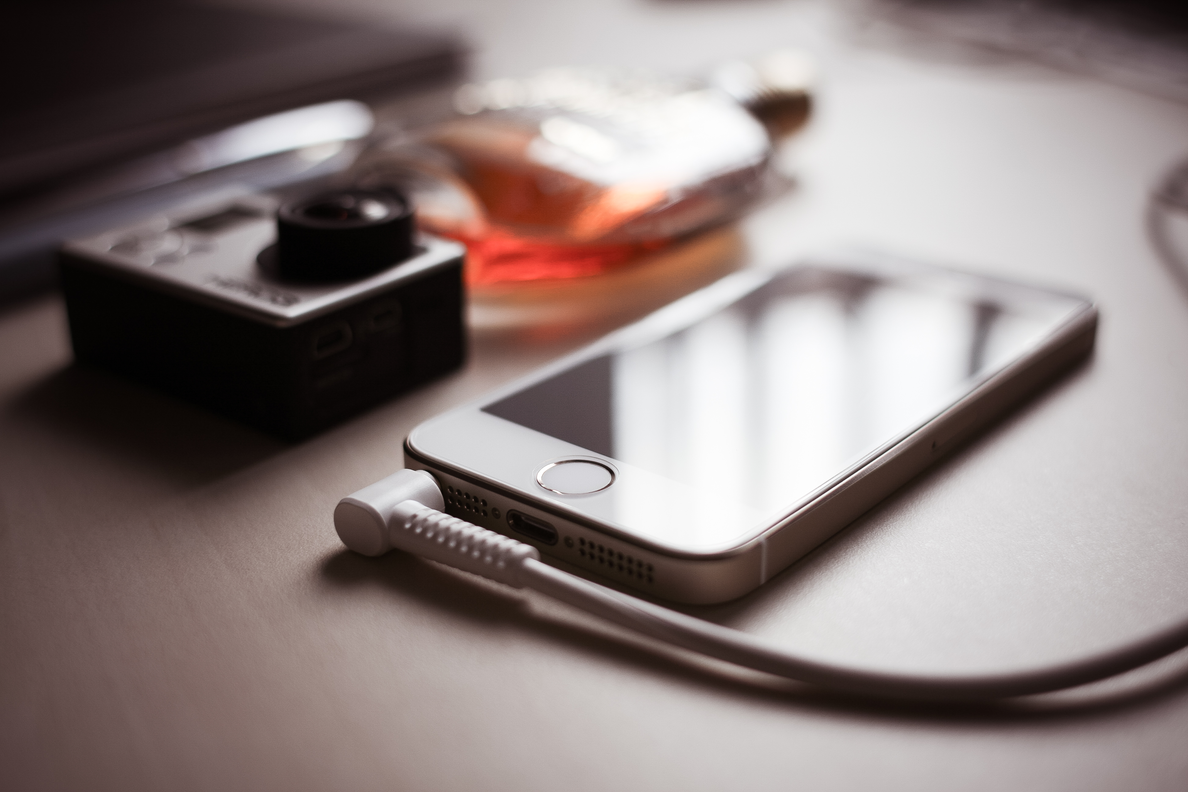 iphone-5s-with-headphones-jack-picjumbo-com