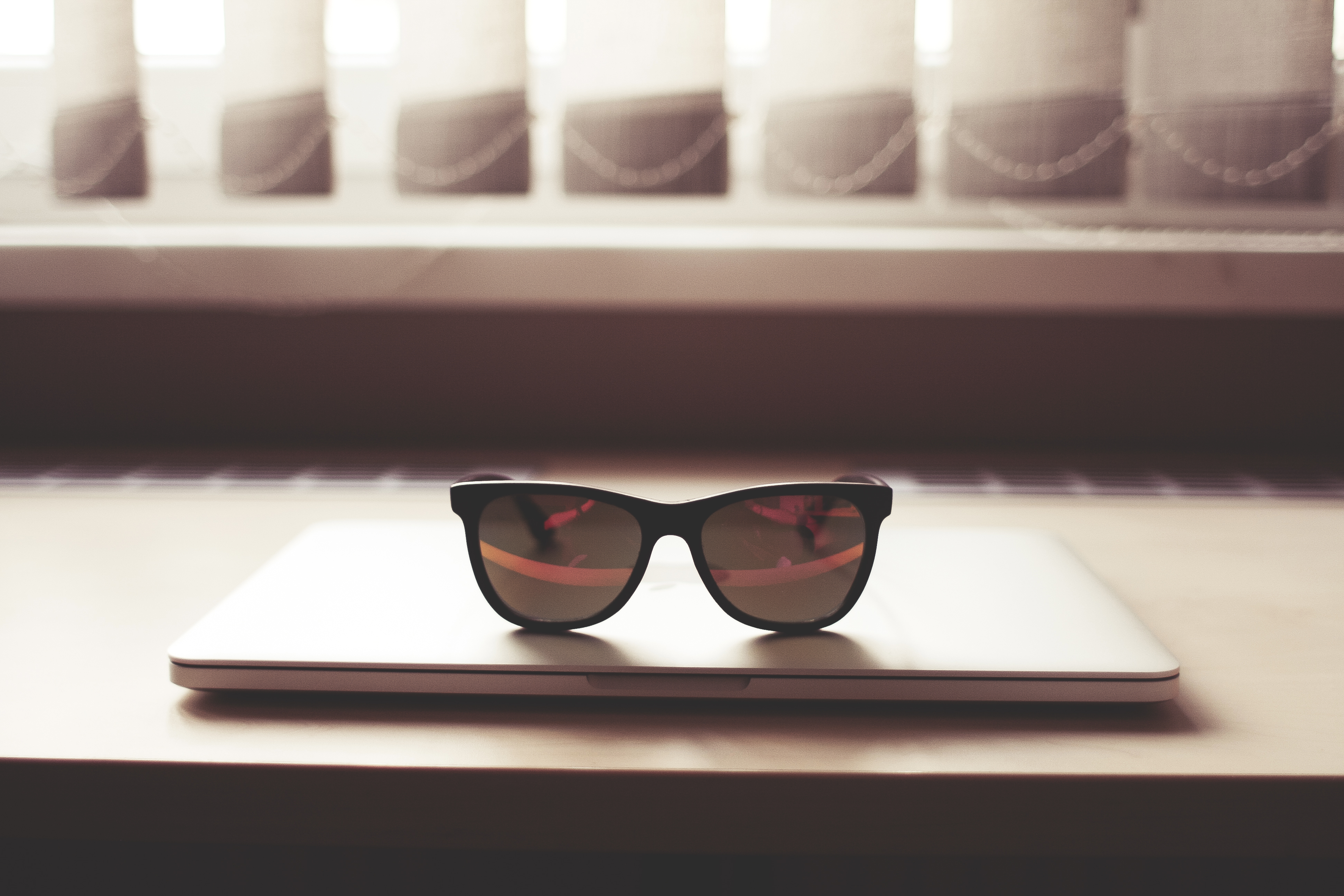 fashion-glasses-on-macbook-pro-picjumbo-com